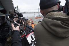 Elizabeth May arresterade på den Kinder Morgan protestplatsen i Burnaby, F. KR. royaltyfria bilder