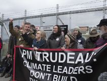 Elizabeth May arresterade på den Kinder Morgan protestplatsen i Burnaby, F. KR. royaltyfri foto
