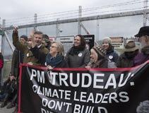 Elizabeth May bij de Kinder Morgan-protestplaats wordt gearresteerd in Burnaby die, BC royalty-vrije stock foto
