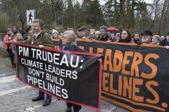 Elizabeth May en Kennedy Stewart worden gearresteerd bij de Kinder Morgan-protestplaats in Burnaby, BC stock foto's