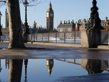Elizabeth Tower (Big Ben) in een pool van water wordt weerspiegeld dat Stock Fotografie