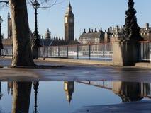 Elizabeth Tower (Big Ben) reflektierte sich in einem Wasserbecken stockfotografie