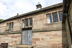 Elizabethaans Schoolgebouw bij St Marys, Onder- Alderley-Parochiekerk in Cheshire Stock Afbeeldingen