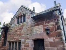 Elizabethaans Schoolgebouw door St Mary's Parochiekerk in Onder- Alderley Cheshire Royalty-vrije Stock Foto's