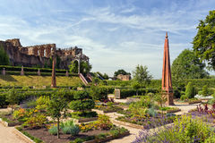 Elizabethan Garden, Kenilworth Castle, Warwickshire. The re-created Elizabethan Garden with the ruins of the Great Hall and Strong Tower in the background Stock Photography
