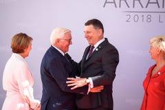 Elke BÃ ¼denbender, Frank-Walter Steinmeier President av Tyskland, Raimonds Vejonis President av Lettland royaltyfri foto