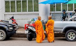 Elke ochtend, spreken twee kleine monniken samen terwijl het rondwandelen in Pranburi-stad, Thailand 10 Juni, 2017 royalty-vrije stock foto's