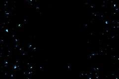 Elkraftblått mousserar bakgrund med partiklar som flödar på svart, festlig ferie vektor illustrationer