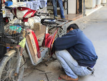 Elkraften cyklar mekanikern Fotografering för Bildbyråer