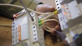 Elkraften låser med trådar för en skruvmejsel till fördelningspanelen lager videofilmer