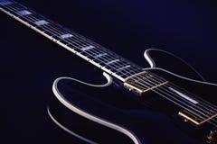 Elkraften slösar gitarren i blått royaltyfri foto