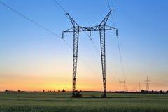 Elkraftlinjer och pylon fotografering för bildbyråer