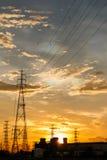 Elkraftstation på soluppgång Arkivfoto