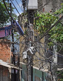Elkrafttrådar i favela. Rio de Janeiro Arkivfoton