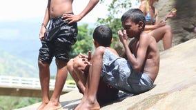 ELLA, ΣΡΙ ΛΑΝΚΑ - ΤΟ ΜΆΡΤΙΟ ΤΟΥ 2014: Νέα αγόρια που τρέμουν μετά από να κολυμπήσει τα φθινόπωρα Ravana στη Ella Ταξινομεί αυτήν  απόθεμα βίντεο