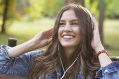 Ella ama escuchar la música imágenes de archivo libres de regalías