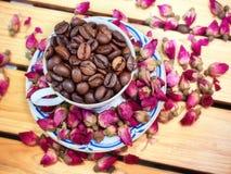 Ella ama té de las flores de rosas y de una rosa Él café sólo sin el azúcar Aman juntos Fotos de archivo