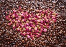 Ella ama té de las flores de rosas y de una rosa Él café sólo sin el azúcar Aman juntos Foto de archivo