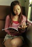 Ella compartimiento de la lectura Foto de archivo