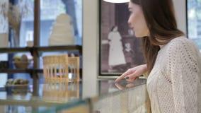 Ella comprador elige delicioso almacen de metraje de vídeo