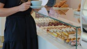 Ella comprador elige delicioso Muchacha atractiva joven, compras de la mujer en la cafetería o pasteles, tortas, torta, macarrone metrajes