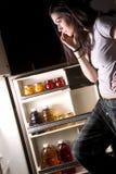 Ella consigue en el refrigerador Imagen de archivo