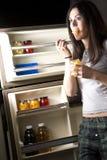 Ella consigue en el refrigerador Fotografía de archivo libre de regalías