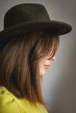 Ella cubre su cara con un sombrero foto de archivo libre de regalías