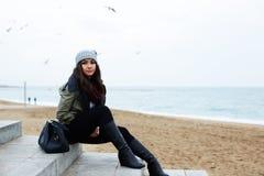 Ella decidía tomar un paseo a lo largo de la 'promenade' en el día fresco del otoño Imagen de archivo