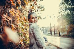 Ella es una feliz, una sonrisa y una mujer joven positiva imagen de archivo
