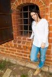 Ella es una ventana con la reja del hierro Foto de archivo