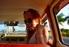 Ella está sonriendo en el coche Fotografía de archivo libre de regalías