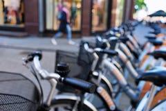 Ella falta las bicis de la ciudad del estacionamiento blurry fotografía de archivo libre de regalías