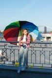 Ella le gustan los accesorios brillantes Paraguas para el niño Ocultación de problemas El chispear positivo y brillante fant Situ imagen de archivo