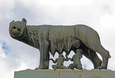 Ella lobo amamanta Romulus y Remus Ventanas viejas hermosas en Roma (Italia) foto de archivo libre de regalías