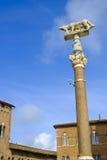 Ella-lobo con Romulus y Remus delante del Duomo de Siena Imágenes de archivo libres de regalías