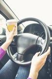 Ella manos en el volante Foto de archivo
