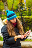 Ella mira las noticias en Internet Foto de archivo libre de regalías
