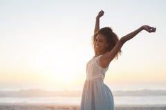 Ella siente siempre libre en la playa fotos de archivo libres de regalías