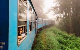 """Ella, Sri Lanka-†""""am 29. Dezember 2017: Trauriges indisches Mädchen schaut heraus Stockfotografie"""