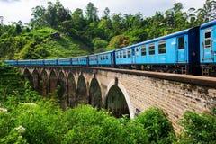 Ella Sri-lanka, 08 April 2018: trein op de Negen Boogbrug in Ella Stock Foto