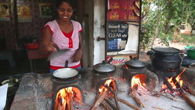 ELLA, SRI LANKA - EM MARÇO DE 2014: Mulher local que cozinha o alimento no lado da rua O alimento da rua é muito comum, saboroso  video estoque