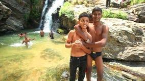 ELLA, SRI LANKA - MÄRZ 2014: Ansicht von den lokalen Jungen, die das Ravana genießen, fällt in Ella Es ordnet z.Z. als einer der  stock video footage