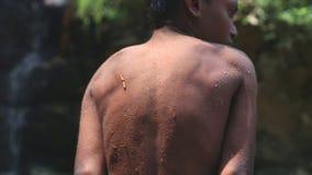 ELLA, SRI LANKA - MÄRZ 2014: Der lokale Junge, der außerhalb des Wassers in Ravana zittert, fällt in Ella Es ordnet z.Z. als eins stock footage