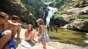 ELLA, SRI LANKA - MÄRZ 2014: Die Ansicht des Touristen das Ravana genießend fällt in Ella Es ordnet z.Z. als einer der breitesten stock video