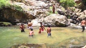 ELLA, SRI LANKA - MÄRZ 2014: Die Jungen, die das Ravana genießen, fällt in Ella Es ordnet z.Z. als einer der breitesten Fälle in  stock video footage