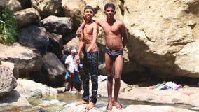 ELLA, SRI LANKA - MÄRZ 2014: Die Jungen, die das Ravana genießen, fällt in Ella Es ordnet z.Z. als einer der breitesten Fälle in  stock footage