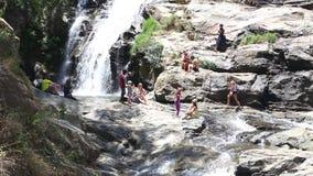 ELLA, SRI LANKA - MÄRZ 2014: Die Leute, die das Ravana genießen, fallen in Ella Es ordnet z.Z. als einer der breitesten Fälle in  stock footage