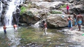 ELLA, SRI LANKA - MÄRZ 2014: Die Leute, die in Ravana genießen und baden, fallen in Ella Es ordnet z.Z. als einer der breitesten  stock video