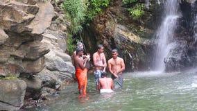 ELLA, SRI LANKA - MÄRZ 2014: Die Leute, die in Ravana genießen und baden, fallen in Ella Es ordnet z.Z. als einer der breitesten  stock video footage